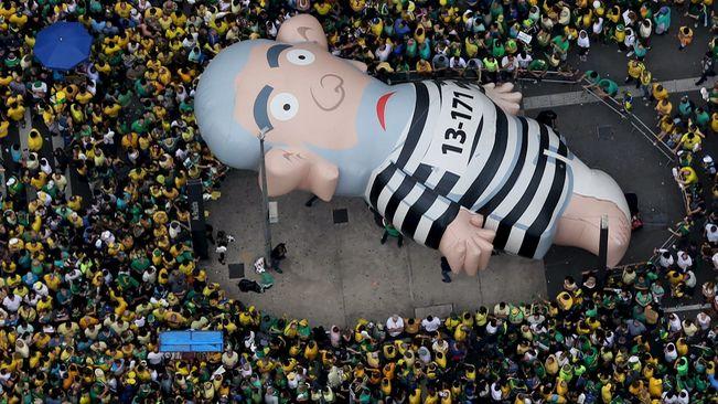 El carrer acorrala a Dilma Rousseff